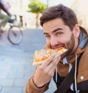 גבר אוכל פיצה