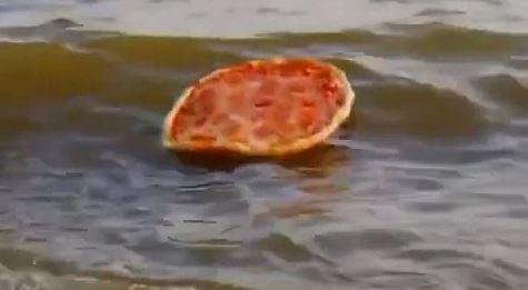 פיצה שטה בים