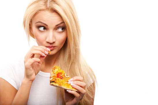 החברה אוהבת לאכול פיצה