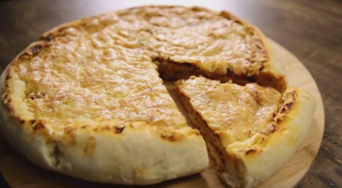 פיצה עם קראסט במילוי גבינה
