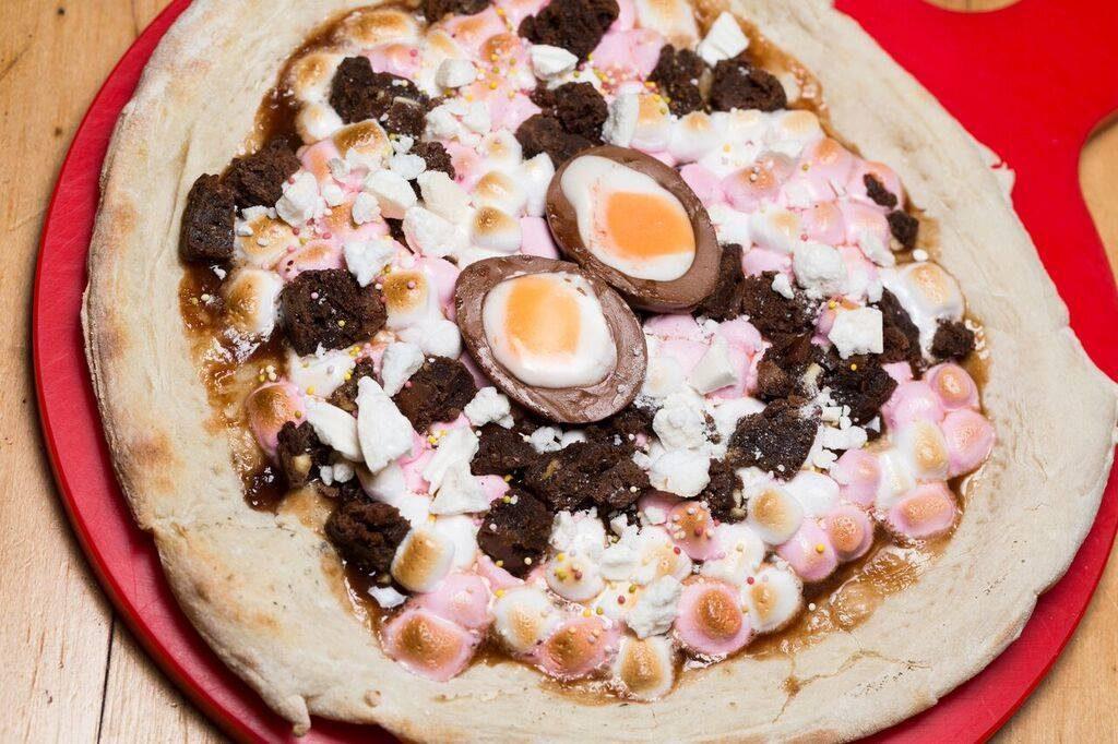 פיצה עם ביצת הפתעה