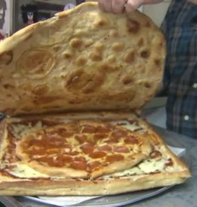 פיצה בתוך קרטון מפיצה