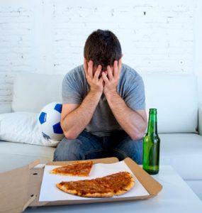 בחור מול מגש פיצה
