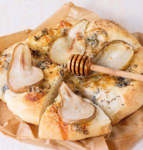 מתכון לפיצה דבש אגסים וגבינת גורגונזולה