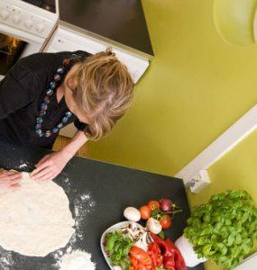 אשה לשה בצק פיצה