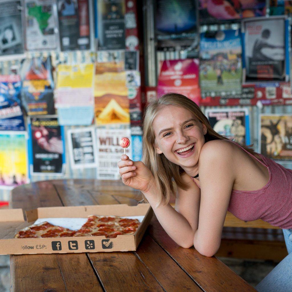 בחורה אוכלת סוכריה פיצה
