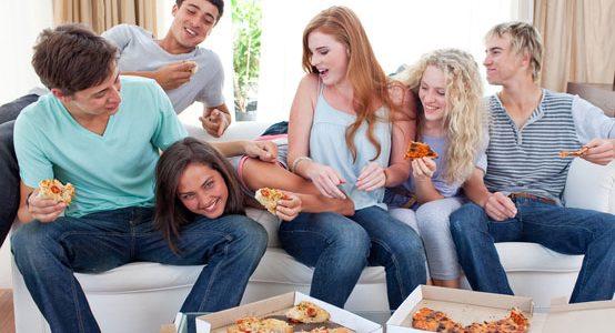 אוכלים פיצה
