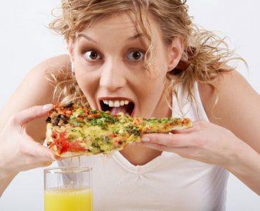 בחורה אוכלת פיצה