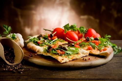 פיצה דלה במרכיבים ועשירה בטעמים