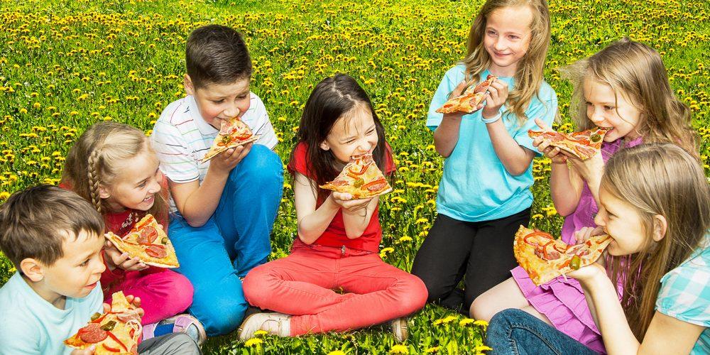 ילדים אוכלים פיצה