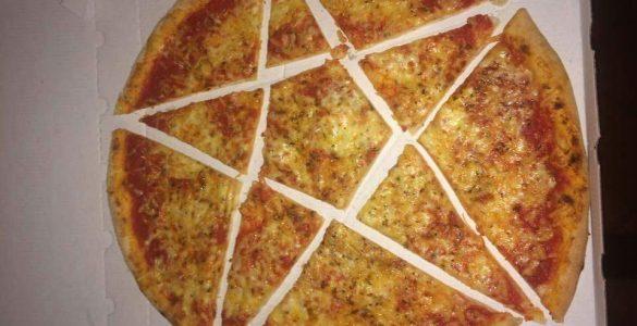 פיצה חתוכה